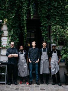 Mathias-Wolf-mitte-Chef-de-Cuisine-TIAN-Bistro-am-Spittelberg-mit-seinem-Küchenteam