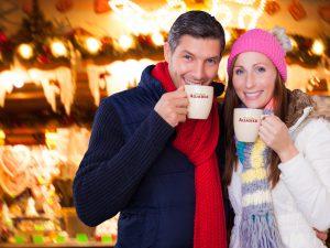 Genuss von alkoholfreiem GlŸühwein am Weihnachtsmarkt