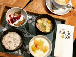 oben: Congee mit Himbeermarmelade, Porridge mit Apfelstückchen - unten: Joghurt mit hausgemachtem Granola, Naturjoghurt mit Obst - © Barbara Schuster