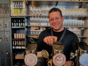 Andi Flatscher zapft Murauer Bier in seinem neuen Lokal Zur flotten Charlotte (c) Michaela Landbauer