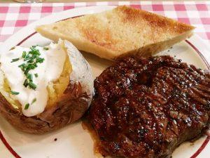 Dafür steht Block House: Steak, Baked Potato und Knoblauchbrot (c) Michaela Landbauer