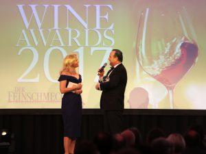 Barbara Schöšneberger Ÿüberreicht Winzer Gerhard Kracher den Wine Award fŸür den Winzer des Jahres 2017 (c) Malte Bartz www.ewafilms.de