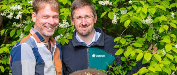 Braumeister Alex Kiesbye (li.) mit Bundesforste-Revierleiter Harald Zollner bei der Ernte der Kirschblüten