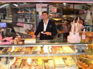AÏDA-Chef Dominik Prousek hat sich etwas Besonderes überlegt, um der Hitze zu trotzen: Torten-Eis (c) AÏDA