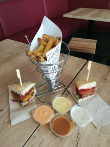 Burger und Fries mit Saucen, ©Stefanie Plümpe