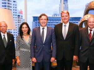 Botschafter Mag. Drofenik umringt von Ehrengästen bei der traditionellen Big Bottle-Party der österreichischen Botschaft in Bangkok (c) privat