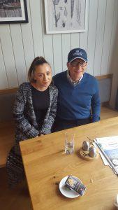 Strandcafé-Mitarbeiterin Stefani und Bill Gates (c) Strandcafé